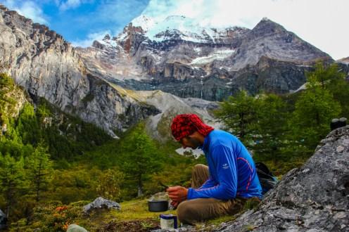 Kochen vor dem Mt Chenresig (6.032m)