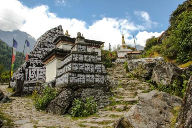 Das Dorf Ghat, das mit vielen kleine Chörten und Felsen mit tibetischer Schrift versehen ist