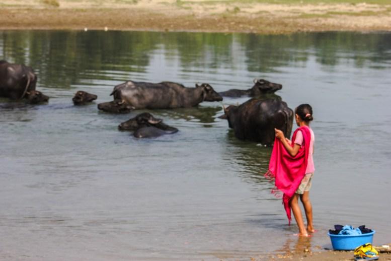 Einheimische beim Baden im Fluss