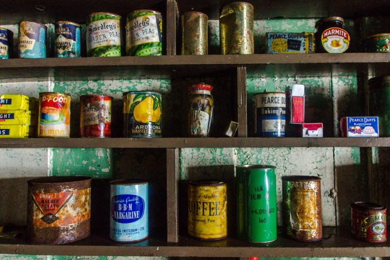 Noch immer lassen sich Kaffee, Dosen, Werkzeuge, Teller und Töpfe, Bücher, Schreibmaschinen, Radios und andere Gegenstände in der Wordie Hut finden