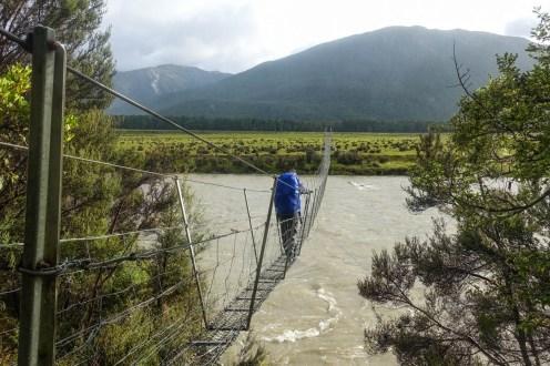 Der Hurunui River ist vom Regen mächtig angeschwollen und wir sind froh über die Hängebrücke, die uns über den Fluss bringt