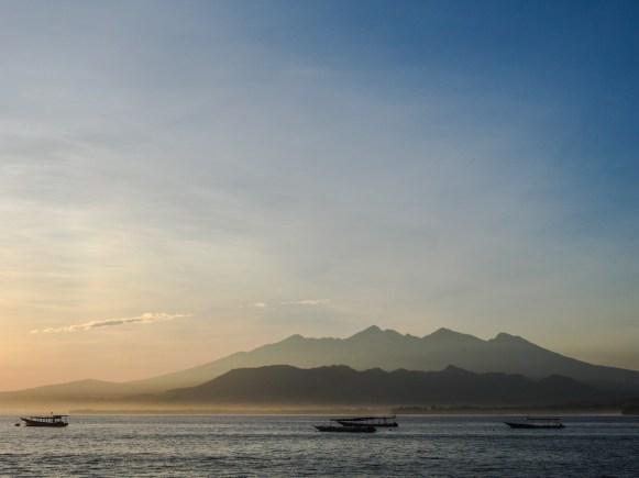 Morgendlicher Blick auf den Rinjani auf Lombok