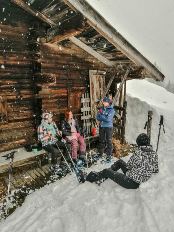 An einer kleinen Jagdhütte abseits der Piste
