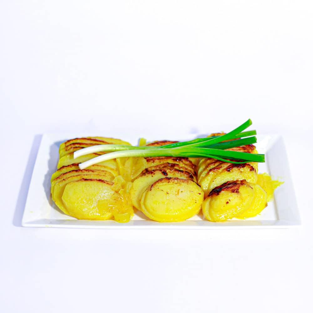 תפוח אדמה פרוס בתנור בשמן זית, בצל וכורכום