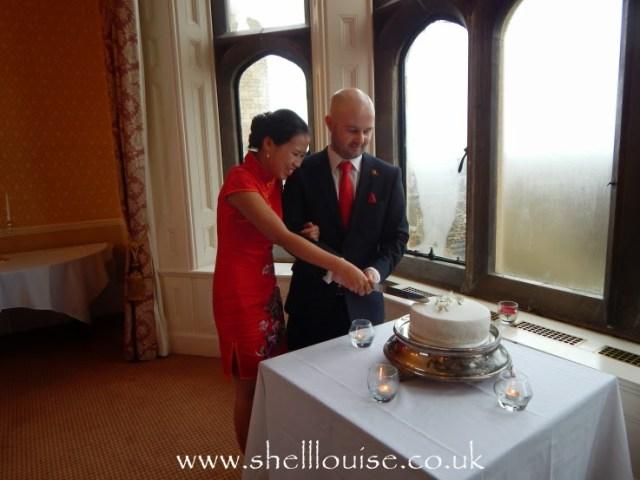 Jonathan and Elaine cutting the wedding cake