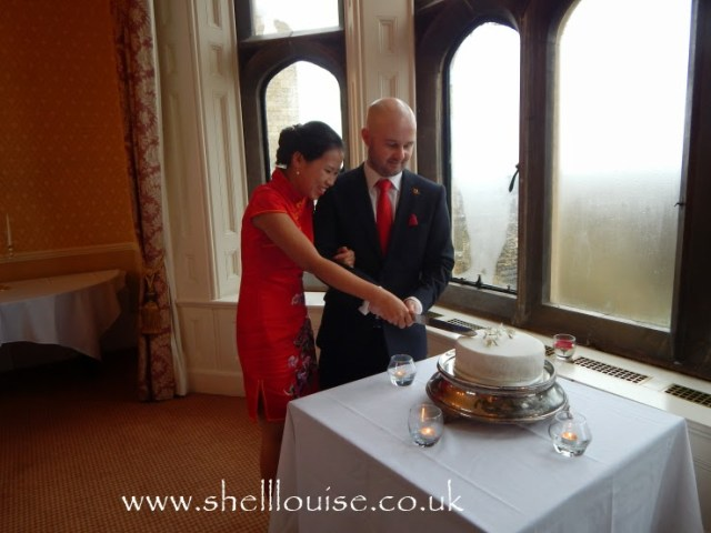 wedding recpetion - Jonathan and Elaine cutting the cake