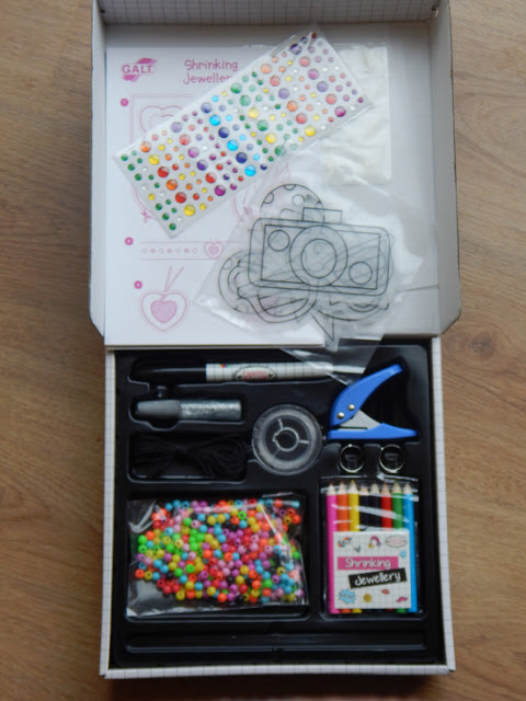 Contents of fashion design kit