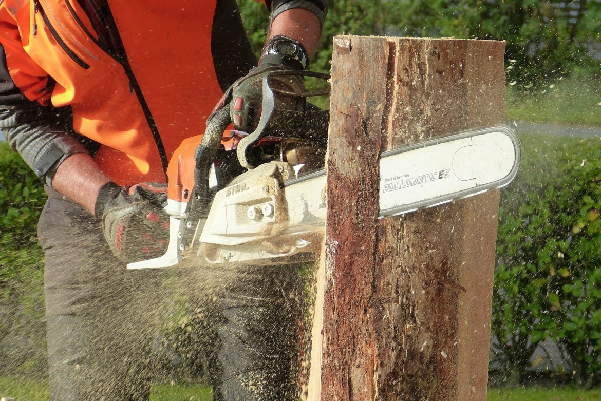 cutting wood with a chansaw - gift ideas for DIY people