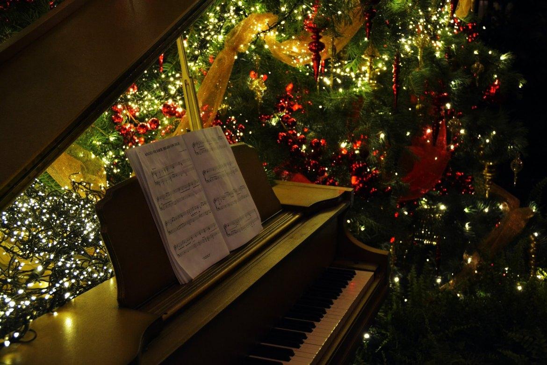 piano by the Christmas tree - Christmas music
