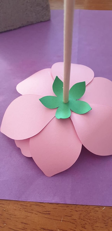 Anemone and vase tutorial - leaf set glued to base of flower