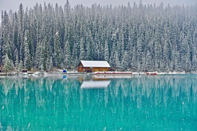 Canada log cabin by a lake - register for an eTA Canada