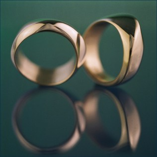 white gold paire of wedding rings
