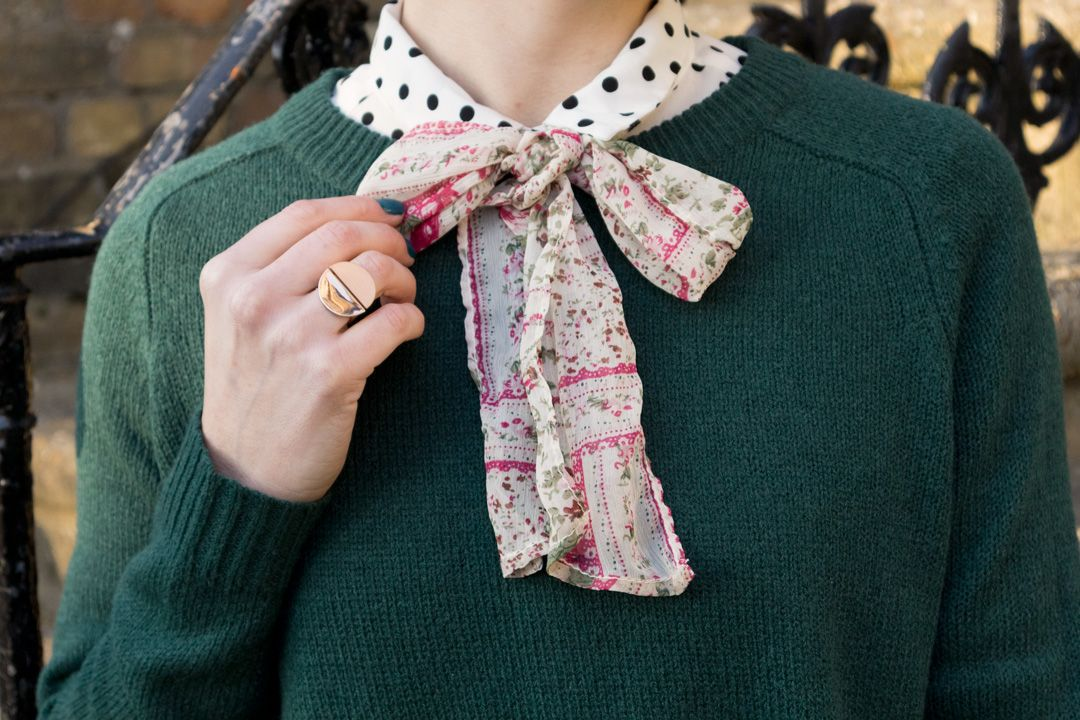 She talks Glam - Detail of Green knit + Polka dot + Colourful bow