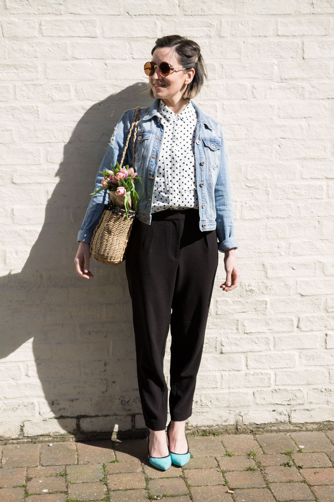 She talks Glam | Polka dots shirt, pleated pants and light denim jacket | Blue heels and wicker ZARA bag | Cambridge Fashion