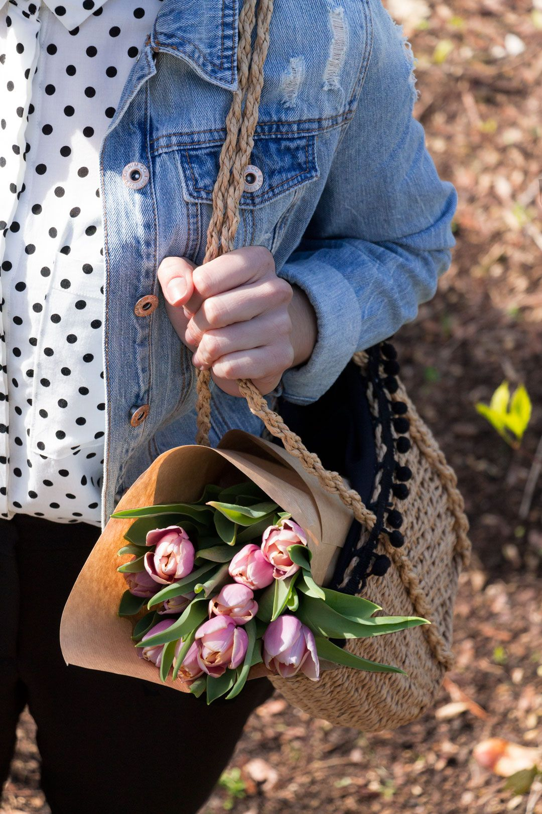 She talks Glam | Detail: denim jacket & pink tulips | Polka dots shirt, pleated pants and light denim jacket | Blue heels and wicker ZARA bag | Cambridge Fashion