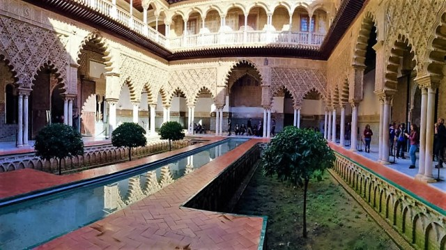 < Water in Real Alcazar >