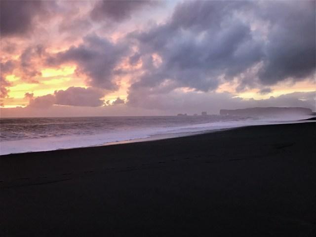 < Rocky formation in ocean >