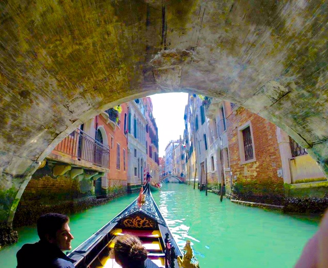 < Venice Gondola >