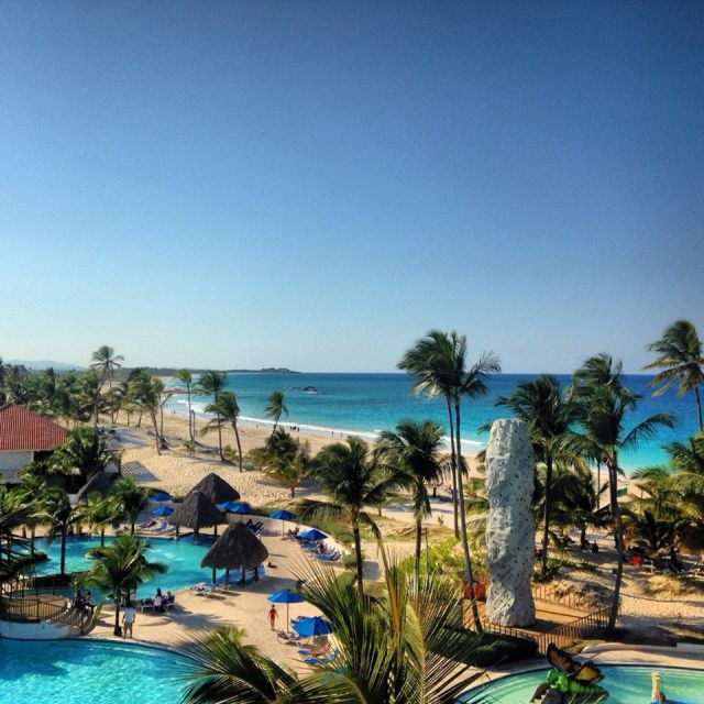 < Don't stay at an all-inclusive resort: the views are fake >