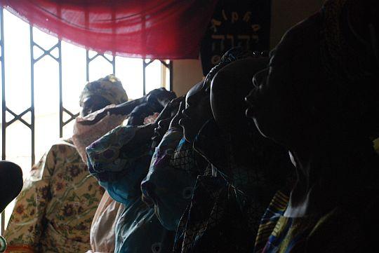 日曜礼拝で、大声をあげて祈りつづけるキリスト教信者たち。2009年10月25日 イフェ、イロデ地区のプロテスタント教会にて