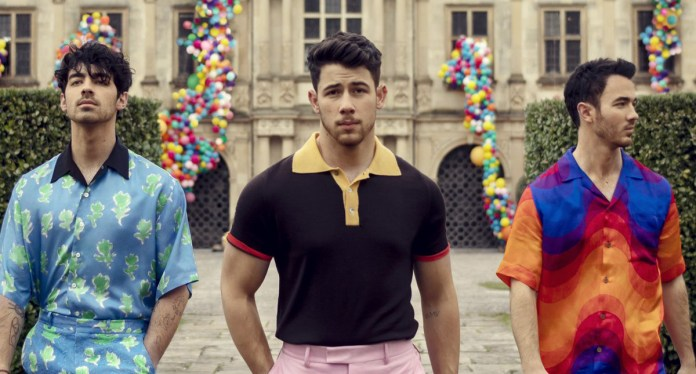 """Jonas Brothers Take Over a Castle in """"Sucker"""" Music Video Preview"""