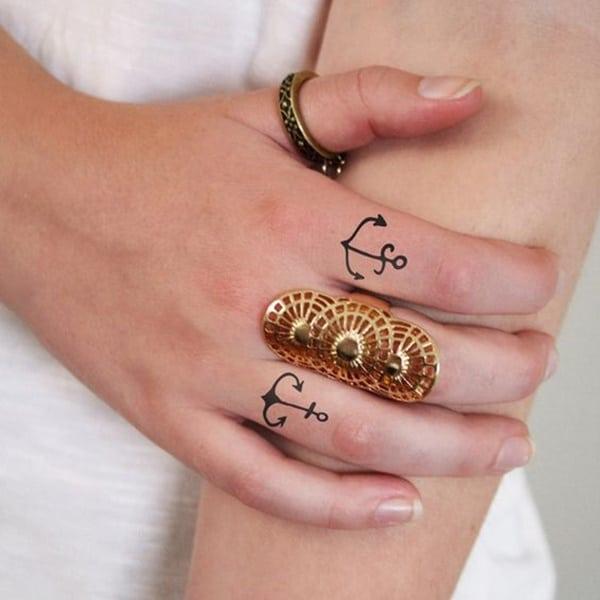 tatuaggio ancora dito