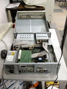 事務所のパソコン。おそらく 2001 年製。よくぞ今までもちこたえました、えらい!