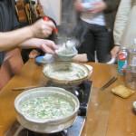 ふぐの雑炊。僕が鍋を食べるのを急かされたのは、食べ終えた鍋で雑炊を作るためだったのでした。雑炊の配給中(笑)の風景です。