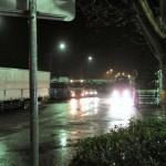 松川 PA。トラックがたくさんいます。ETC 深夜割引待ちなのではないかな、と思いました。