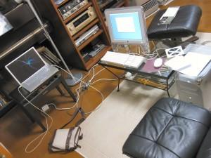 作業環境。オットマンの上に乗っている CD は、僕のリクエストで紹介していただいたミシェル・カミーロのアルバム。初めて聴きました!