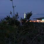北陸自動車道、米山 SA にて。本当は夕日が見える時間にここまで来たかったのですが、夕暮れになってしまいました。遠くに見えているのは、おそらく柏崎刈羽原子力発電所。