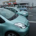 同色の Belta(奥)と Vitz(手前)。僕の Vitz は屋根無しの駐車場に止めているせいか、少し黄味が足りません。