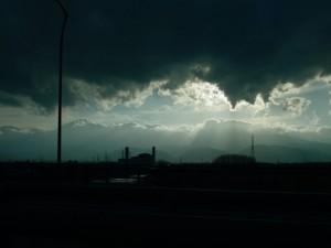 ごみの焼却炉と雲