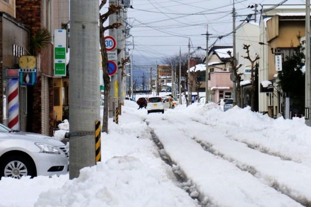 通りで4~5台の車が雪にはまり、救出してもらっています。