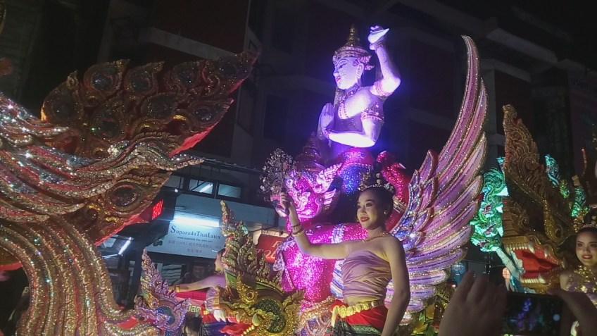 התהלוכה הגדולה בצ'אנג מאי במהלך לוי קרטונג