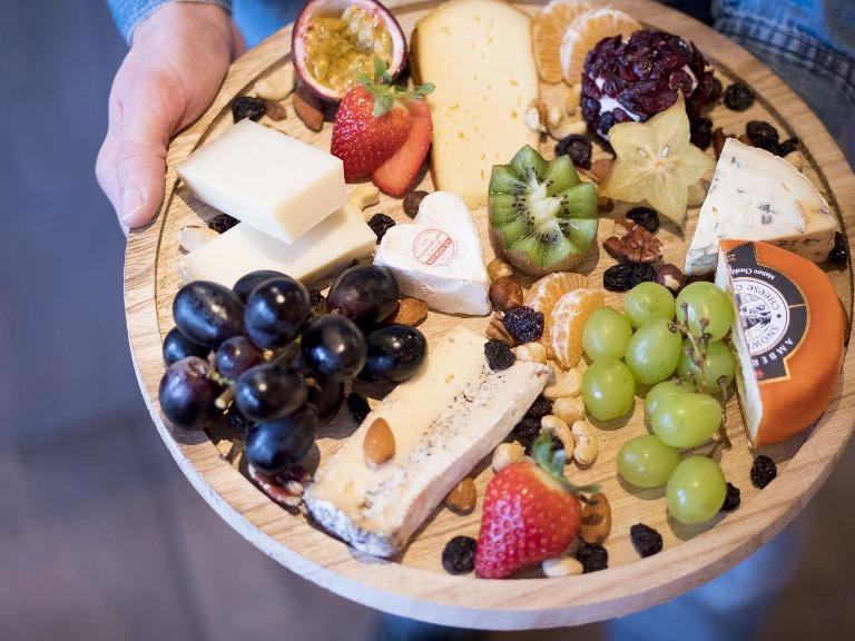 פלטת גבינות - עיצוב שולחן לשבועות