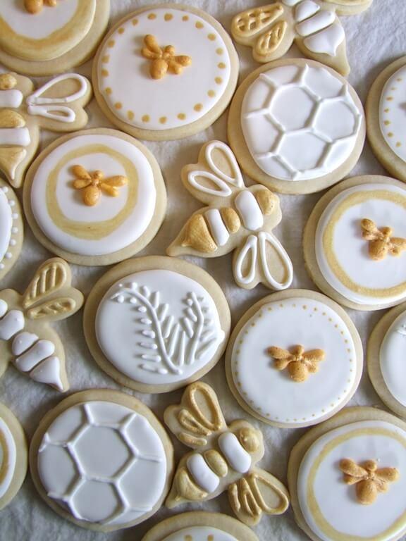עוגיות בצק סוכר בצורת דבורים ודבש