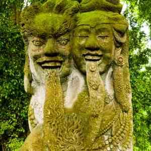 Stenstaty föreställande Shiva och Shakti i Monkey Forest, Ubud, Bali.