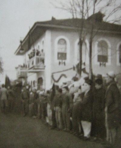Ngritja e Flamurit në Bashkinë e Shkodrës, mars 1914