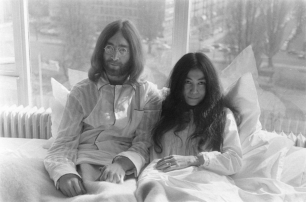 John Lennon e sua moglie Yoko Ono in luna di miele ad Amsterdam. 📷 Eric Koch | Anefo