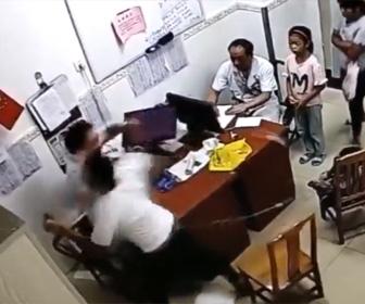 【動画】幼児が病気の父親が医者に殴りかかる衝撃映像