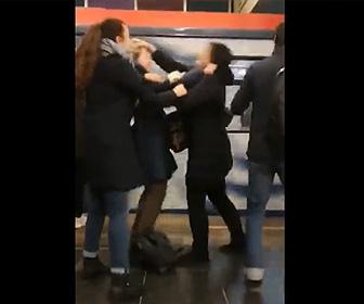 【動画】駅のホームに電車が来た瞬間、女が女性を線路に突き落とそうとする衝撃映像