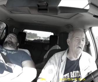 【動画】居眠り運転をしてしまった老人がクラッシュしそうなり他のドライバーのせいにする衝撃映像