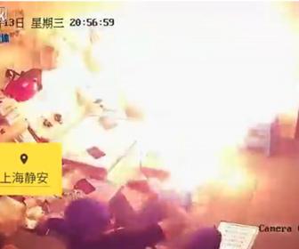 【爆発】電気自動車のバッテリーを充電中、突然バッテリーが大爆発し火を噴く衝撃映像