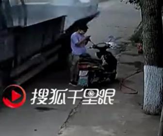 【事故】猛スピードで走るトラック荷台の側面あおりが外れ女性の頭に激突してしまう衝撃映像