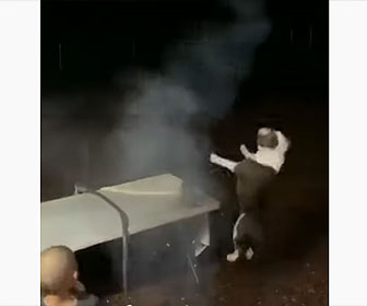【衝撃】ロケット花火に火をつけるが、横で見ていた犬が飛んでいく花火に驚き…