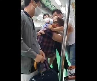 【暴行】韓国の電車内でマスクを付けていない男が大暴れ。他の乗客たちに殴りかかる衝撃映像