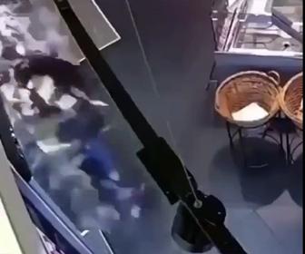 【衝撃】女性が棚からお酒を取ろうとするが大量の酒瓶が落下してしまう衝撃映像