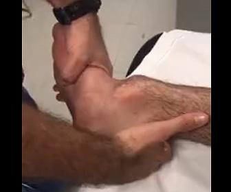 【衝撃】足首の骨が外れた男性の足を引っ張り治す衝撃映像