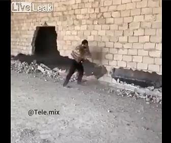 【衝撃】巨大な壁をハンマーで解体する男性が危険すぎる